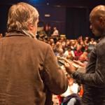 Guido Convents overhandigt de Artist Award aan David Katshiunga -foto ©  Raf Degeest