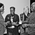 David Katshiunga overhandigt de Artist Awards 2016 aan Aïcha Cissé en Aminata Demba.  Foto © Raf Degeest