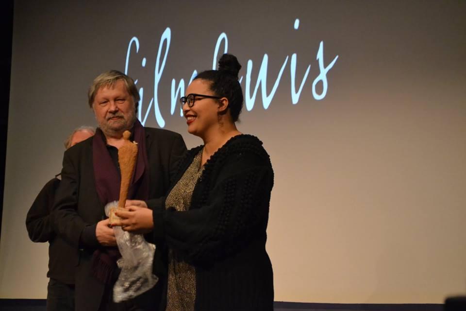 Guido Convents van het Afrika Filmfestival overhandigt de Artist Award 2017 aan Shamisa Debroey. Foto (c) Arno Van Crombruggen